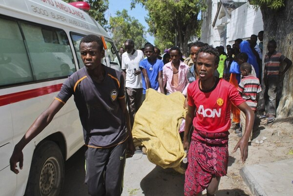 Un coche bomba explotó a las puertas de un restaurante de Mogadiscio, Somalia, el martes 21 de abril, y siete personas murieron. A pesar de la violencia y pobreza, la población se levanta y recobra esperanza. | EFE