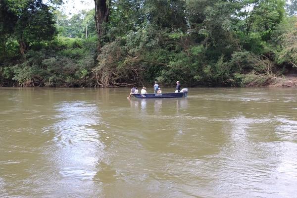 Además de las lanchas de Cruz Roja, otras embarcaciones privadas ayudan en la busqueda de la menor Yusleidys Espinoza.