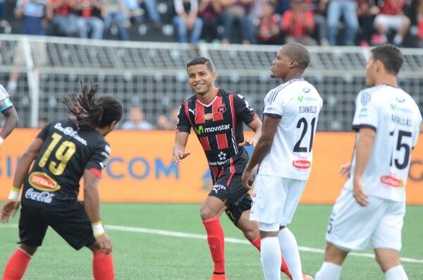 Los jugadores de Alajuelense Johan Venegas y Jonathan McDonald anotaron frente a As Puma.