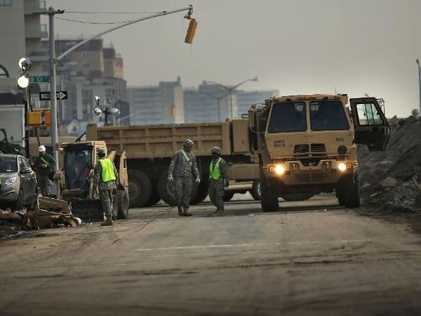 Miembros de la Guardia Nacional trabajaban el sábado en la limpieza de calles en Nueva Jersey.   AFP