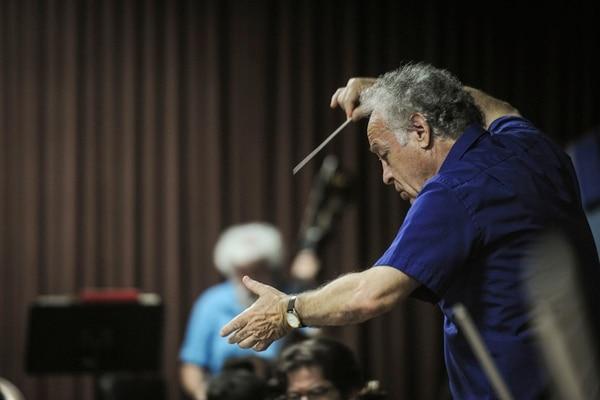 En el 2016, en el Centro Nacional de la Música, Yoav Talmi dirigió así los ensayos de la OSN. Foto: Gabriela Téllez