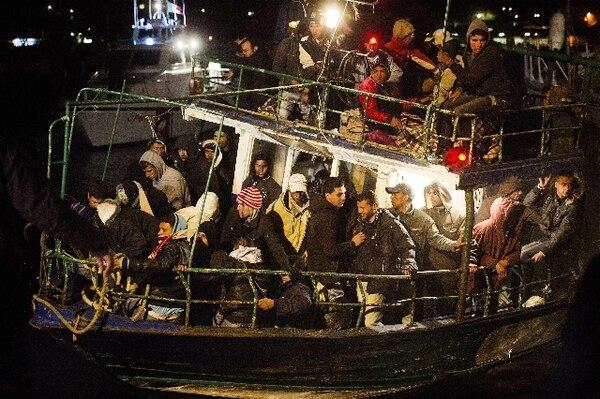 Un barco con inmigrantes sin papeles en febrero del 2011 a su llegada a la isla italiana de Lampedusa huyendo del conflicto armado en Túnez. | AFP.