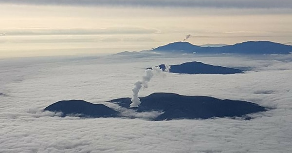 Cuatro volcanes, una fila montañosa, nubes, y costa caribeña de Costa Rica.