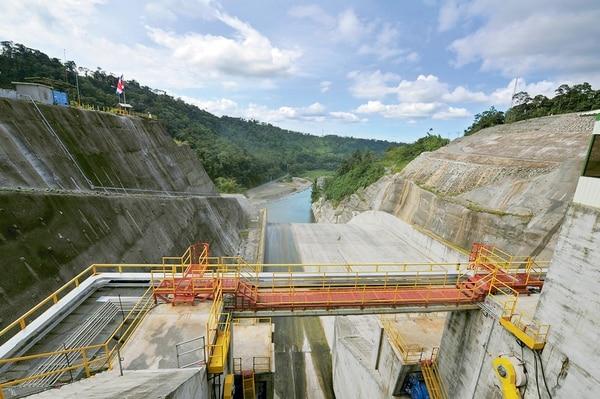 Vista de parte de la planta Hidroélectrica Reventazón el 16 de setiembre del 2016 cuando se inauguró. Su valor inicial era $757 millones y terminó en $1.567 millones (107% de diferencia) lo cual impactó el equilibrio financiero del ICE y las tarifas. /Fotografía: Alonso Tenorio.