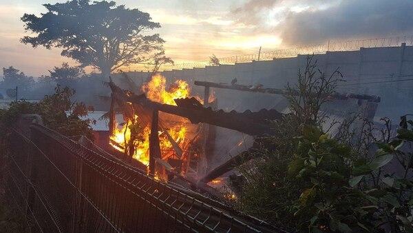 La casa incendiada de 70 metros sufrió cuantiosos daños.