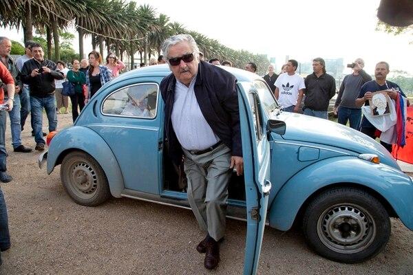 El presidente uruguayo, José Mujica, llega en su vehículo a emitir su voto en Montevideo.   AP