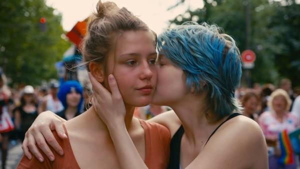 Comienza todo. La chica de cabello azul es Emma (Léa Seydoux), quien llega a la vida de Adèle en uno de los momentos más confusos de su vida. La chispa de la pasión prenderá al instante. Sala Garbo/LN