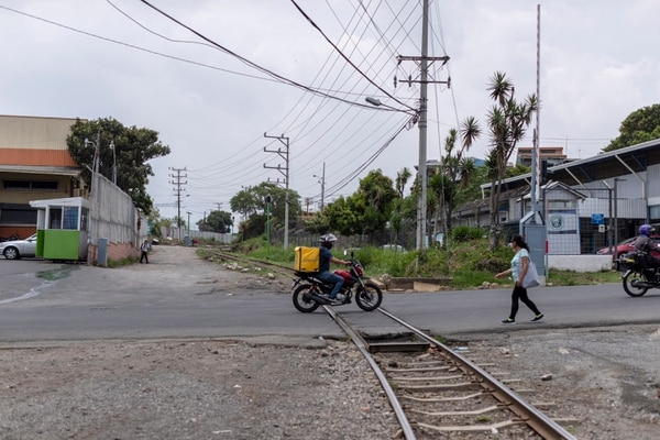 Don José Salas pasaba varias horas al día a un lado de la aguja y, cuando pasaba el tren, silbaba y usaba un pañuelo blanco para ayudar a los conductores. Foto: José Cordero