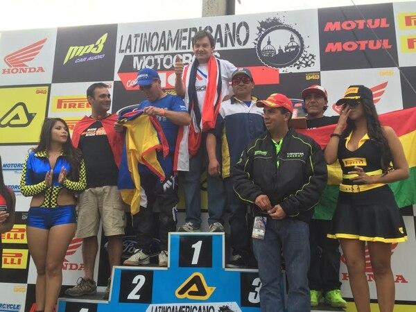 Adrián Robert celebró en Ecuador, en lo más alto del podio, un campeonato más.