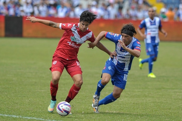 Carlos Hernández (izquierda) superó la marca de Christian Bolaños en la fecha 21 del Torneo de Invierno, en un juego en el que se impusieron los brumosos 1 a 0 en el estadio José Rafael Fello Meza.   PABLO MONTIEL