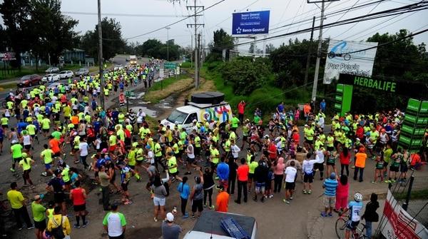 Los participantes de la distancia de 21 kilómetros primero se enrumbaron a Cartago centro, antes de subir Ochomogo.
