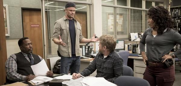 Josh Duhamel (de pie) interpreta al detective Greg Kading, jefe del equipo investigador. Netflix