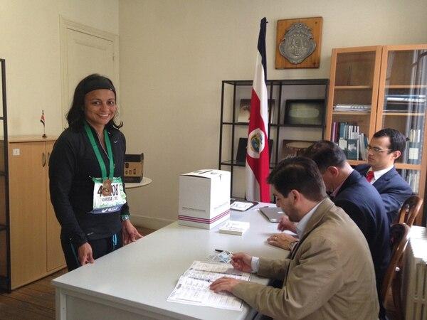 Vanessa Retana, después de correr la maratón, acudió con medalla y número de atleta a votar en la junta en París. | MARÍA LAURA MÉNDEZ PARA LN