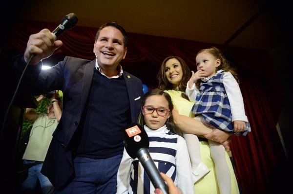 Fabricio Alvarado junto a su esposa Laura Moscoa e hijas el domingo en el San José Palacio al celebrar el resultado electoral. Foto de: Diana Méndez