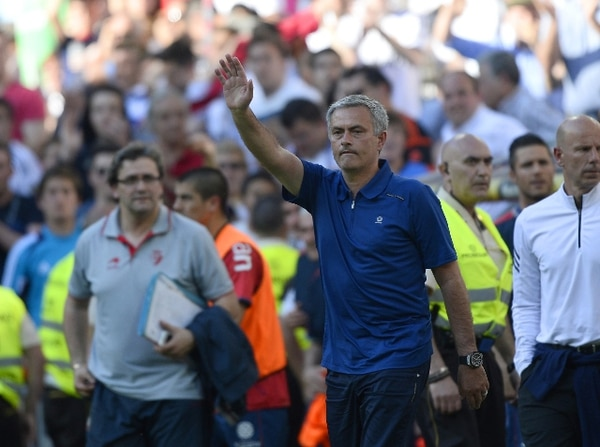 José Mourinho vivió ayer ante el Osasuna, su último partido en el banquillo del Real Madrid. Su adiós generó división de opiniones en los aficionados. | AFP
