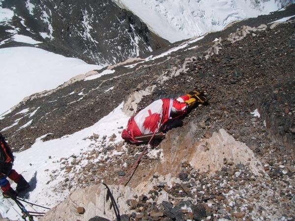 Debajo de la bandera de Canadá, yace el cuerpo de una mujer de esa nacionalidad. Wárner Rojas la conoció en vida semanas antes de llegar a la cima del Everest. Ella no lo hizo. Foto: Cortesía Wárner Rojas