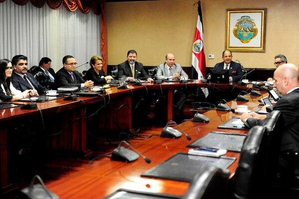 La reunión tuvo una duración de dos horas y media y se realizó anoche en Casa Presidencial. Participaron cerca de 12 funcionarios de diversas entidades. | MELISA FERNÁNDEZ