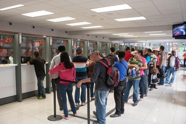Estos clientes hacían fila ayer en las oficinas principales del Banco Popular. Los problemas que reportan las personas en el facebook de la entidad están relacionados con el uso de la página web, por ejemplo, que no les funcionan las claves. | IGNACIO GONZÁLEZ