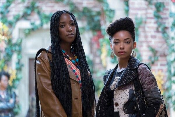 'Dear White People' tiene como protagonistas a varios jóvenes negros que lidian con el racismo y la discriminación solapada. Joelle Brooks (interpretada por Ashley Blaine Featherson) y Samantha White (Logan Browning) son compañeras de cuarto y dos de los personajes principales. Netflix