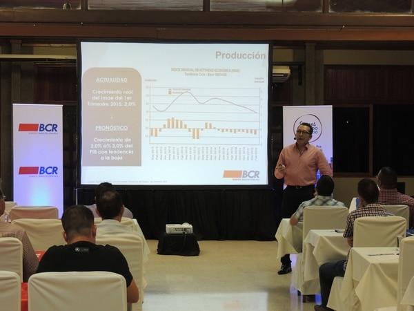 El Banco de Costa Rica asesora a pequeñas empresas. Renán Murillo es uno de los ejecutivos que brinda esas capacitaciones.   CORTESÍA BCR