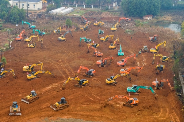 Según imágenes difundidas en la televisión, la maquinaria se afanaba en preparar el terreno donde se erigirá el establecimiento en Wuhan, el epicentro del brote, una ciudad con 11 millones de habitantes en el centro del país. (Chinatopix via AP)