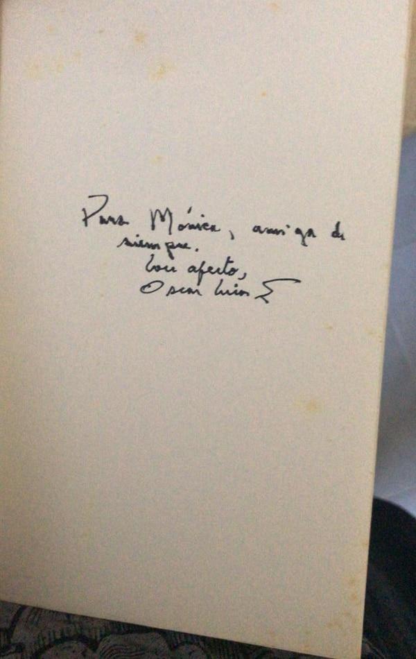 El día de la entrevista, Óscar Arias me regaló su libro con la dedicatoria que dice