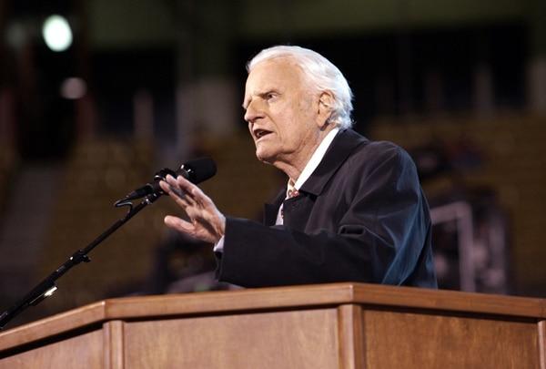 El reverendo Billy F. Graham se dirigía a una multitud congregada en el Arrowhead Stadium en Kansas City, Misuri, el 7 de octubre del 2004.