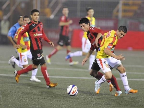 Cristopher Meneses se midió con Ismael Gómez. | CARLOS GONZÁLEZ