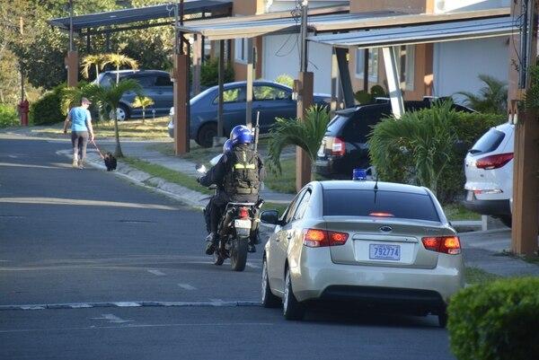 Dos agentes del SERT resultaron heridos en un allanamiento en en un residencial que está en Ciruelas de Alajuela. Foto: Francisco Barrantes, corresponsal GN