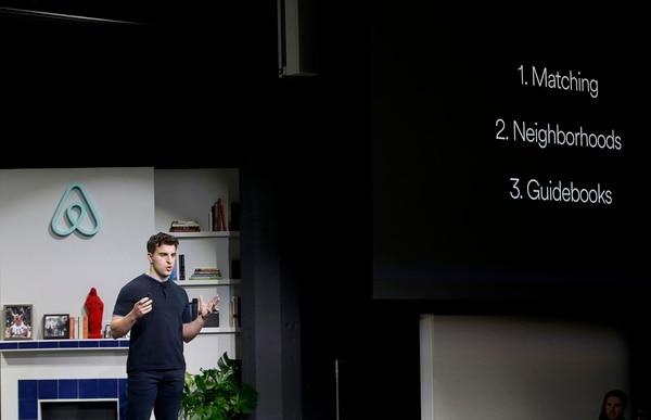 El cofundador y CEO de Airbnb, Brian Chesky, habla durante un anuncio en San Francisco.