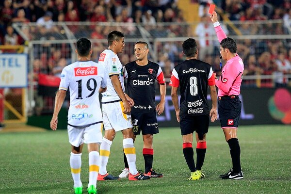 Hugo Cruz expulsó tres jugadores en el partido entre Alajuelense y Herediano de la fecha cuatr.