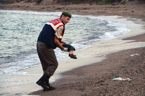 Un niño sirio murió ahogado en una playa de Turquía tras el naufragio de una embarcación.