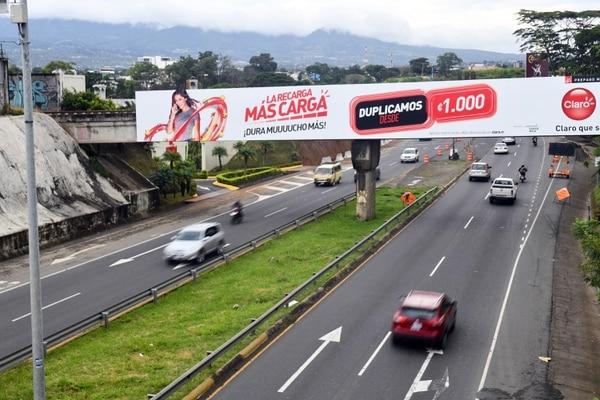 6/12/19 Valla publicitaria del Incofer, en puente de paso del tren en las cercanías de La República sobre la ruta 32. Foto de Jorge Castillo