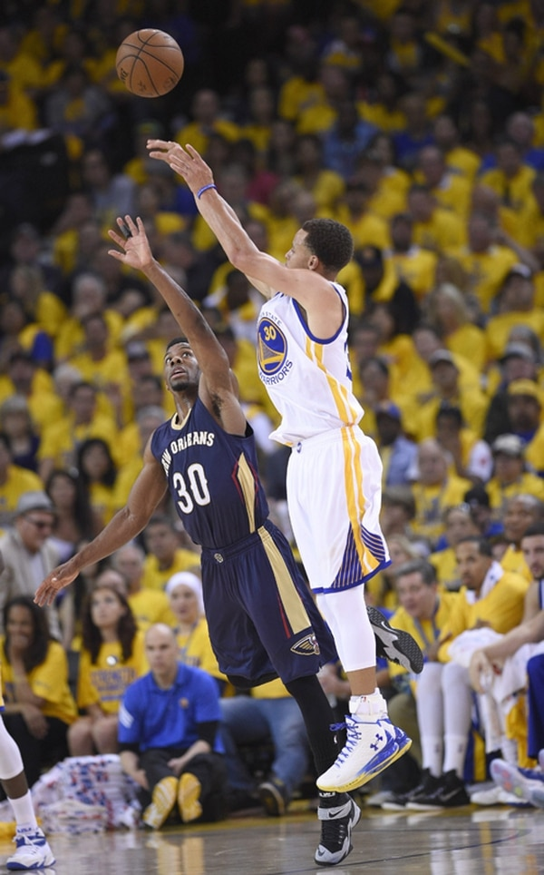 Stephen Curry, digno candidato al MVP de la campaña, inició la postemporada con 34 puntos para la victoria de los Warriors. | EFE