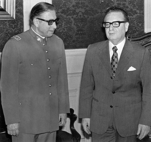 Augusto Pinochet (izq.) con Salvador Allende el 23 de agosto de 1973, poco después de ser nombrado comandante el Ejército. | AFP