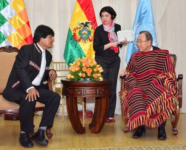El presidente de Bolivia, Evo Morales (izq.), se reunió este sábado con el secretario general de Naciones Unidas, Ban Ki-moon, a su llegada a la ciudad boliviana de Cochabamba.