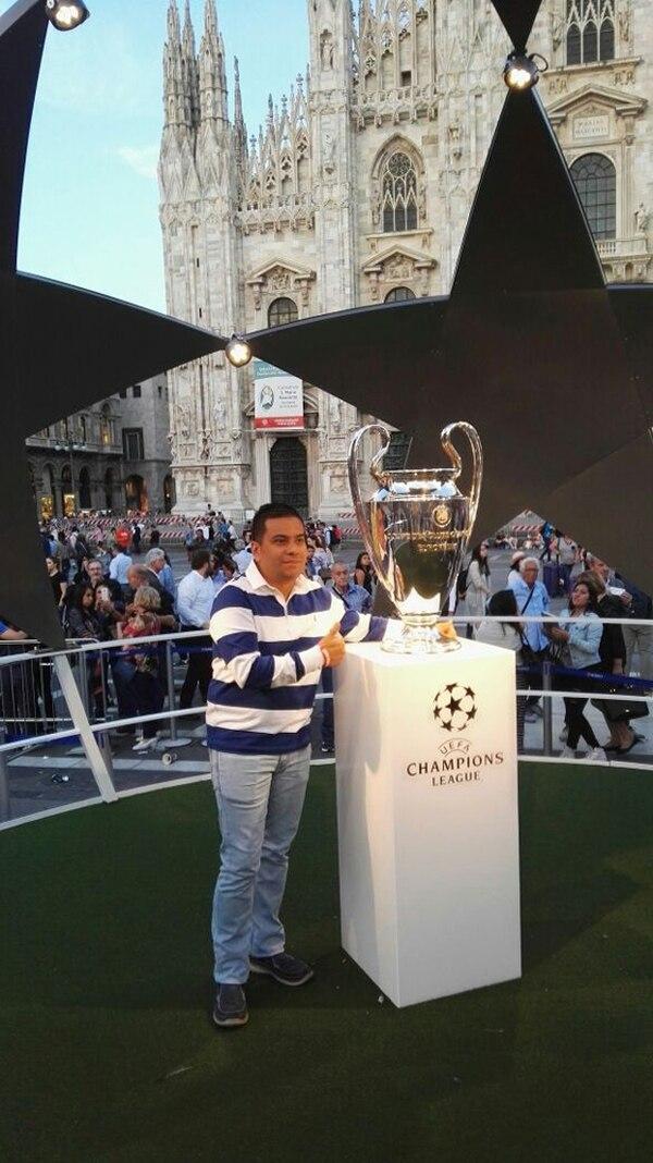 Óscar Alvarado compró un paquete en Sport Viajes. Ayer llegó a Milán y ya se tomó la foto con una réplica de la Orejona. | CORTESÍA ÓSCAR ALVARADO