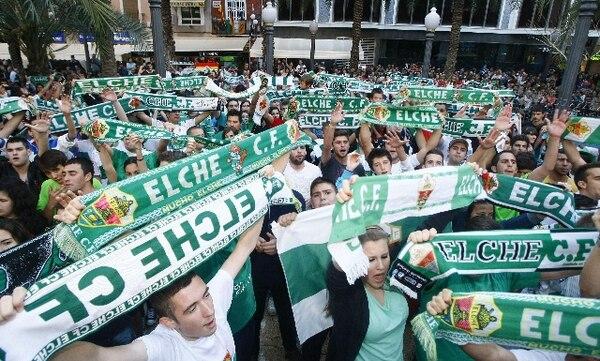 Seguidores de Elche celebran hoy sábado el ascenso de su equipo a la Liga de Primera División en España. / EFE