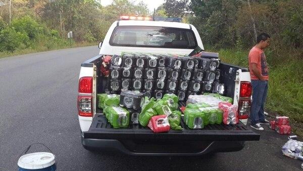 Dos hombres resultaron heridos cuando el vehículo en el cual transportaban licor ilegal se volcara en Osa, Puntarenas.