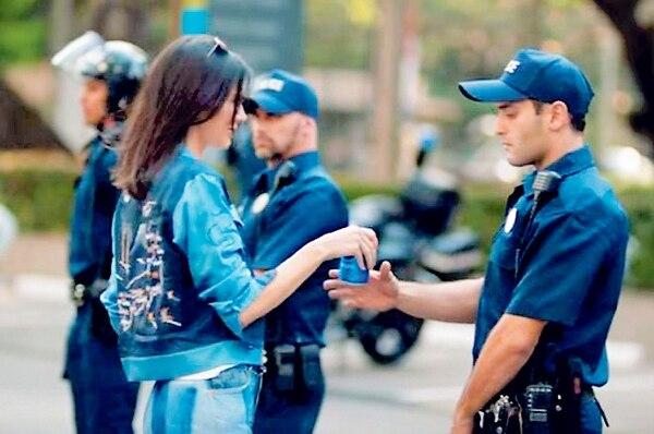 Pepsi retiró un anuncio protagonizado por Kendall, fuertemente criticado por trivializar las luchas raciales en EE. UU.
