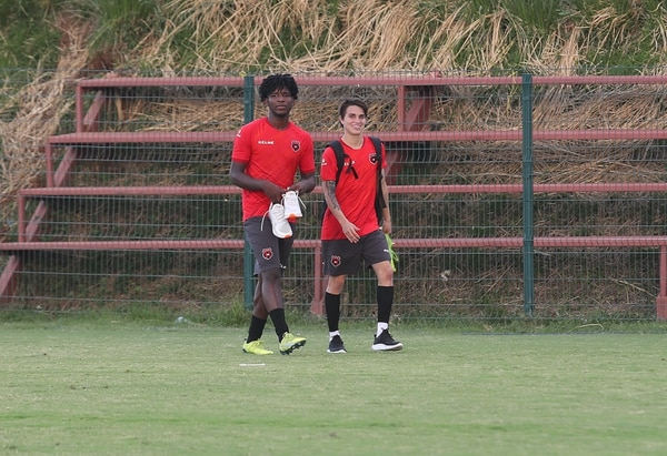 El hondureño Cristian Moreira (izquierda) y el costarricense Josué Abarca entrenan a doble sesión con el alto rendimiento de la Liga. Fotografía: John Durán