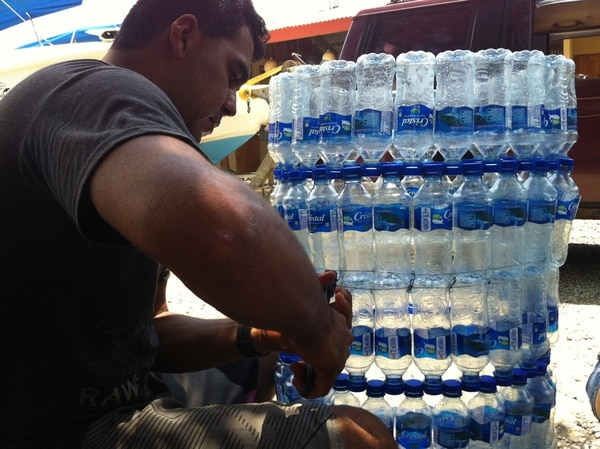 Tony Brenes confecciona un basurero con botellas de agua que desechan los turistas que visitan playa Uvita, en Osa. | GEOPORTER PARA LN