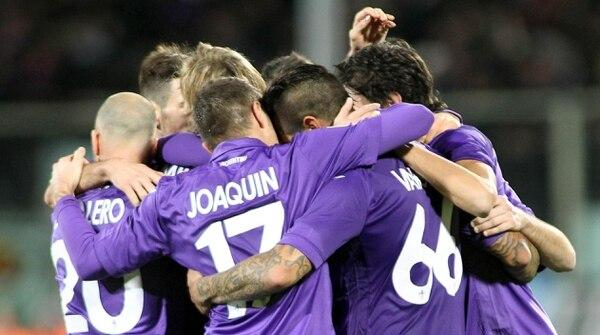 Los jugadores de la Fiorentina celebran uno de los goles conseguidos ante el Verona, durante el partido de la Serie A.