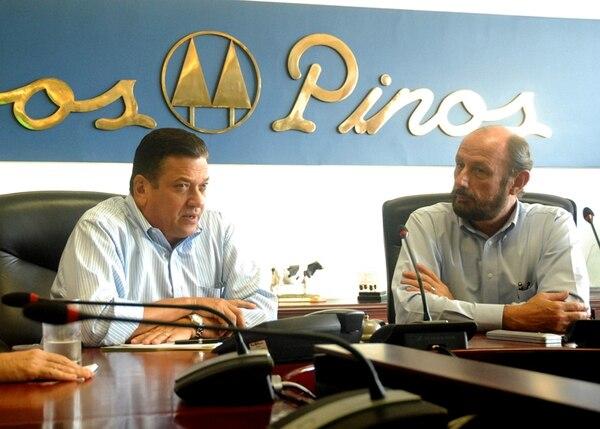Johnny Araya, candidato del PLN, visitó la empresa Dos Pinos R. L. el 26 de setiembre pasado, para impulsar el crecimiento del mercado lechero en el país. A su derecha, el gerente de la compañía, Jorge Pattoni.   CORTESÍA PLN.