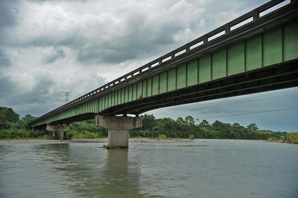 El puente sobre el río Chirripó es el segundo más largo del país, con 430 metros. Por allí pasan las exportaciones a los puertos de Limón.   ALBERT MARÍN.