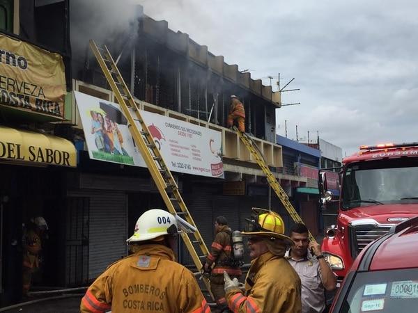 Bomberos atienden el incendio en la paraguería Rego, en avenida 4, San José.