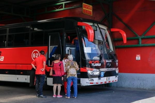 Parada de autobuses Tuasa en el centro de San José. Este viernes empezó a regir un aumento de 17% en el servicio entre la capital y Alajuela. Fotografía: Lilliam Arce.