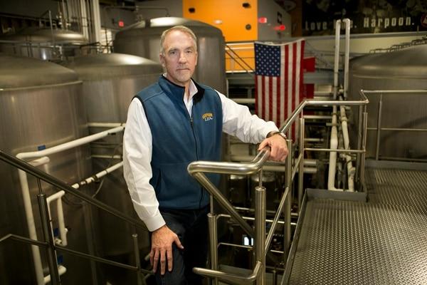 Dan Kenary es confundador de Harpoon Brewery, microcervecería de 190 empleados con sede en Boston. Él defiende que la esencia del negocio es una producción artesanal con alcance local. | CHARLIE MAHONEY/THE NYT