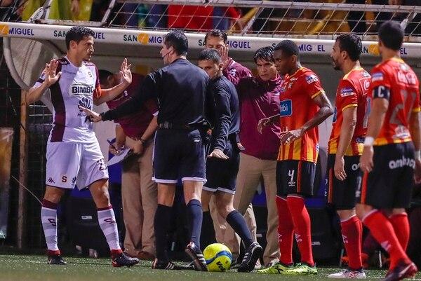 Más allá de la jugada del gol saprissista, el árbitro Henry Bejarano había tenido una buena actuación. Fotografía José Cordero