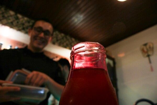 Las infusiones frías de té verde o jazmín son preparadas por el chef Soto y se sirven en este tipo de botellitas.